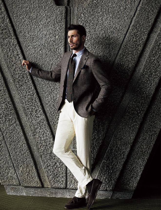 ブラウンのグレンプレイドにネイビーのオーバーペーンを配したシックなジャケットは、裏地まで排した非常に軽やかな仕立てを採用します。ブルーベースのストライプシャツやダークグリーンのペイズリープリントタイでそのシックさを活かしつつ、オフホワイトのコーデュロイパンツで軽やかさをプラスして。