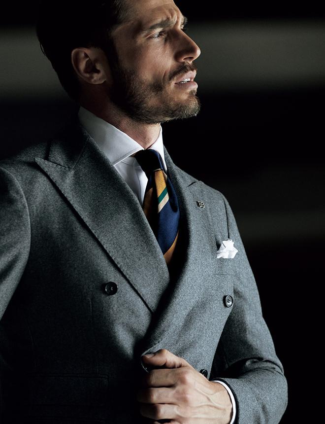 〈タリアトーレ〉のなかでも構築的な仕立ての人気モデル「ヴェスヴィオ」と、クラシックなグレーフランネルがベストマッチな正統派の一着。Vゾーンもトラディショナルにまとめたいですが、キーカラーのイエローを使ったストライプタイを合わせれば、今季的な若々しいアクセントを添えることができます。