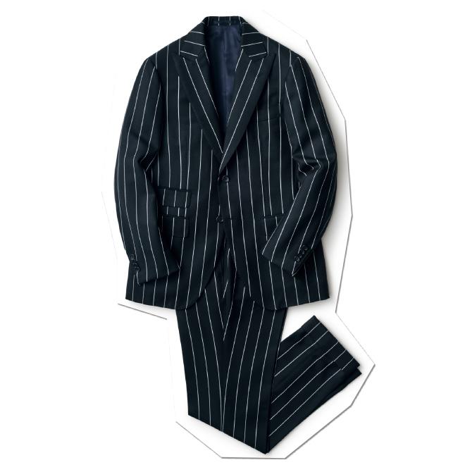 ブラックのワイドピッチのストライプ、幅広のピークトラペル、やや太めのワタリからテーパードしたパンツ……。大胆にメリハリを利かせたデザインやシルエットに心奪われる一着。