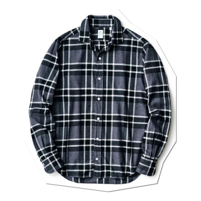 ときにクールに偏りすぎるモノトーンの装いですが、コットンを起毛させたフランネル生地、しかもグレーを交えたチェック柄を使ったこちらのシャツなら、印象は実にソフト。