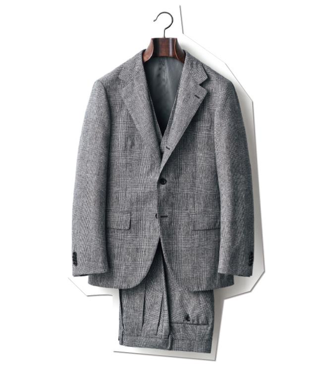 やや太めのラペル幅や、2プリーツのテーパードパンツなど、さりげない主張を感じさせるグレンチェックのスリーピーススーツ。完璧な柄合わせなど、仕立ても見事。