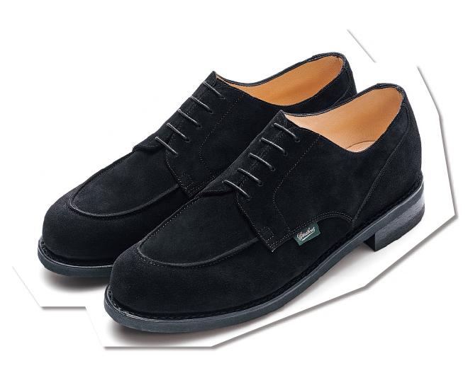 フランスを代表する名品Uチップ『シャンボード』も、ブラックのスエード素材ならばよりシックな印象に。カジュアルな装いを格上げしてくれる、汎用性の高い一足です。