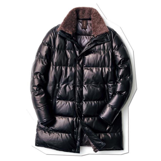 シルキーな肌ざわりのナッパレザーを使い、キルティングにダウンを仕込んだ、存在感抜群のコート。襟裏のファーでブラウンのアクセントを利かせている点が小粋です。
