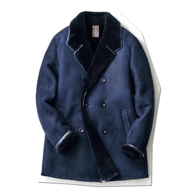肉厚ながら軽快な極上ラムスキンを使った、ネイビーのムートンアウター。グレーのトラウザースやホワイトデニムに合わせるなど、ピーコート感覚で活用できる一着です。