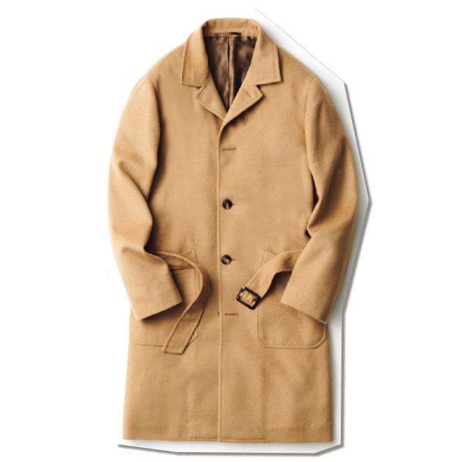 上質なキャメル100%生地とハンドメイドを多用したナポリ仕立てにより、圧倒的なクラス感を備えたコート。こんな一着だからこそ、あえて肩を落として気取らず羽織るのが、大人の品格を漂わせる秘訣です。