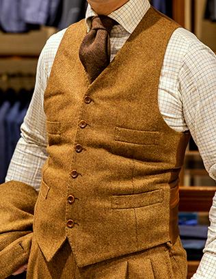 クラシックに見えるようにVゾーンを高く設定してもらった〈ダルクオーレ〉のオーダースーツ。生地は雑誌で見た白洲次郎のスーツを意識して、ポーター&ハーディング社のツイードを選択。テーマはずばり英国カントリー。