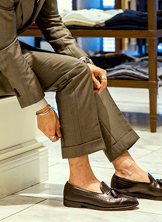 〈カスタムテーラー ビームス〉でオーダーした、ウィンターモヘア使用のスーツ。チェンジポケット付きのダブルブレストでクラシックな雰囲気に合わせ、パンツも裾幅22cmでややワイドなシルエットに変更したとのこと。