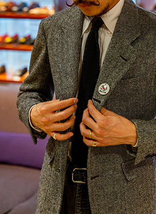 ビームスの中でも、随一のオーダー数を誇るほど惚れ込む〈ダルクオーレ〉のジャケット。ジーロアペルトという肩が落ちて見える手縫いの袖付けや低く設定したゴージライン、胸のパッチポケットなどディテール満載。