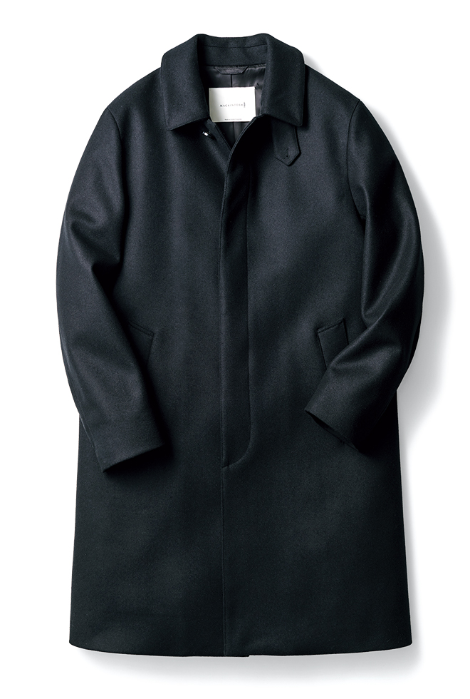 〈マッキントッシュ〉の定番ステンカラーコート「ダンケルド」の着丈を2cm長くし、よりクラシックに仕上げたエクスクルーシブモデル。