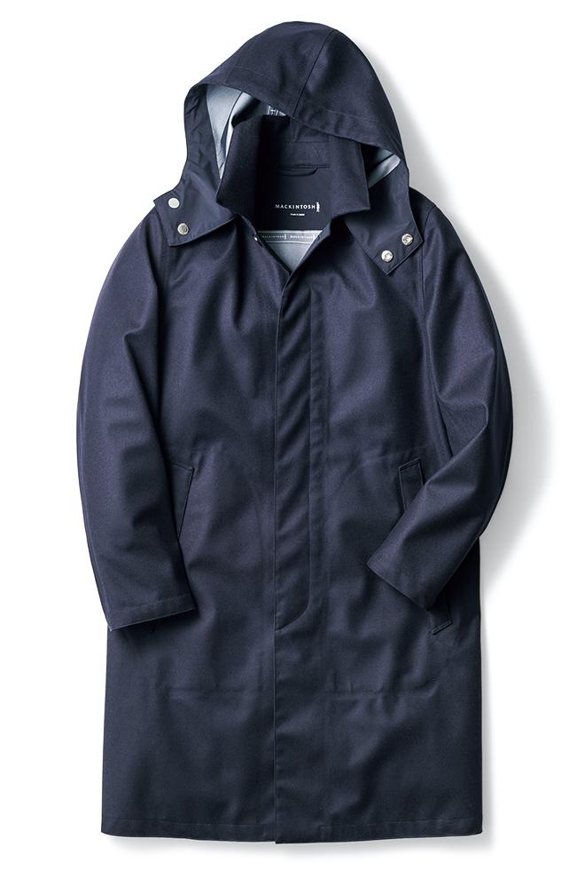 着丈を長めに調整した「ダンケルド フード」もビームスエクスクルーシブ展開。フードは着脱可能であり、外せばシンプルなステンカラーに。シックな光沢のウール素材を用いており、スーツからデニムまで合わせられます。