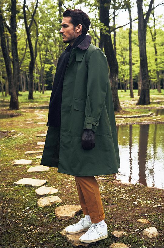 レイヤー素材を用いたバルカラーコート。襟にコーデュロイをあしらったブリティッシュカントリーを象徴する素材使いですが、シンプルなデザインとミニマルなフライフロント仕様により、都会的に着こなせるはずです。