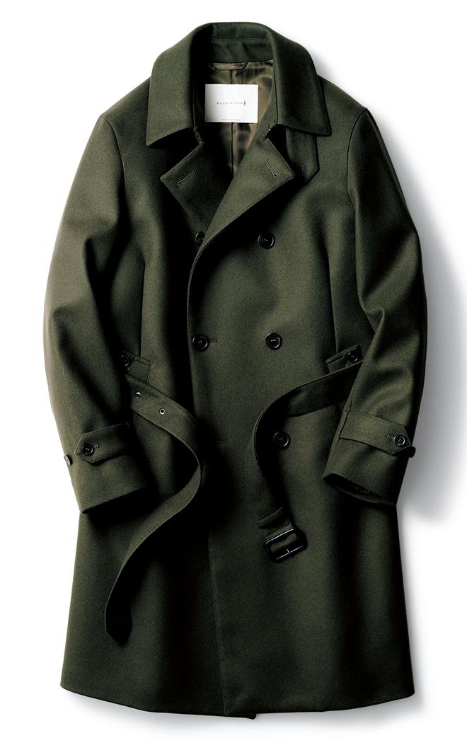 着丈を長く調整したビームスエクスクルーシブのダブルブレストコート「モンクトン」。ハリのある上質なオリーブウールメルトンを用い、ミリタリーテイストが薫りつつもビジネスに通用する上品な表情に仕上がっています。