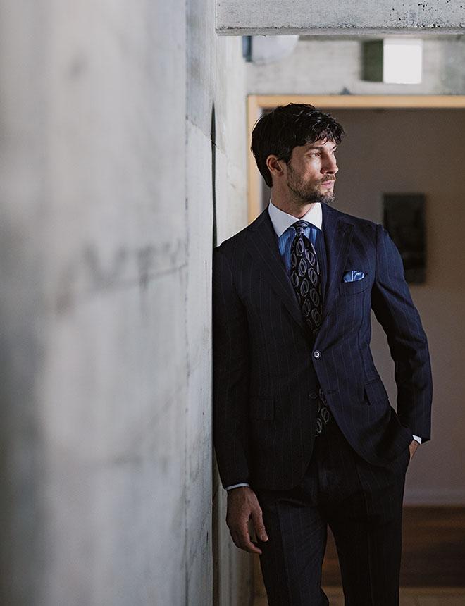 スーツは胸の筋肉がないと似合わない。だから、いつまでも胸筋を鍛えていたいと思うのだ 鹿島 茂